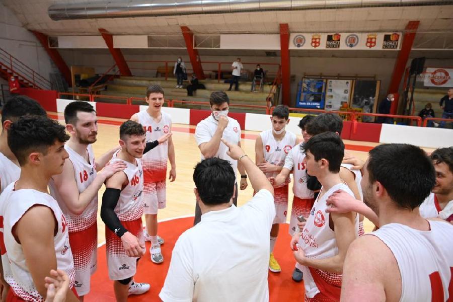 https://www.basketmarche.it/immagini_articoli/01-05-2021/basket-macerata-bagna-vittoria-morrovalle-capitolo-storia-600.jpg