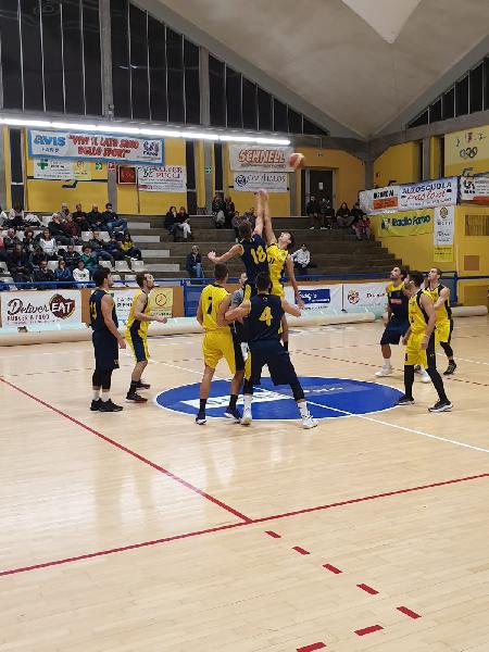 https://www.basketmarche.it/immagini_articoli/01-11-2019/castelfidardo-espugna-finale-campo-basket-fanum-600.jpg