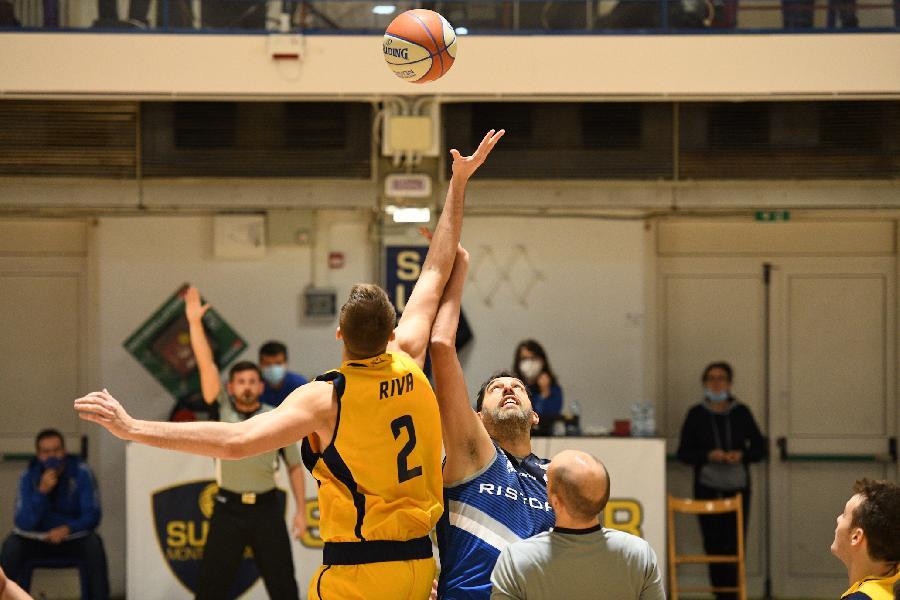 https://www.basketmarche.it/immagini_articoli/01-12-2020/janus-fabriano-passa-campo-sutor-montegranaro-bene-scanzi-radonjic-600.jpg