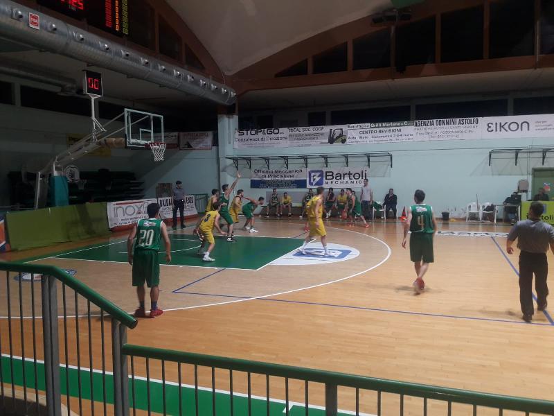 https://www.basketmarche.it/immagini_articoli/02-02-2019/basket-vadese-regola-combattiva-pettinari-fossombrone-600.jpg