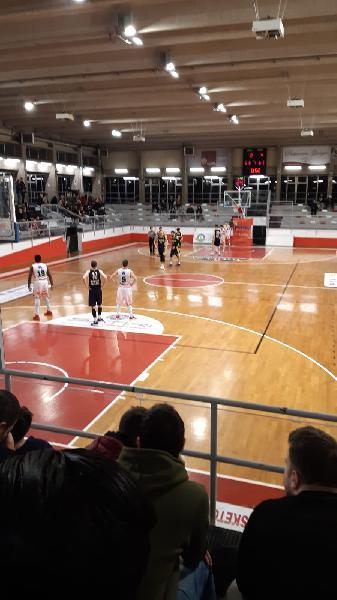 https://www.basketmarche.it/immagini_articoli/02-02-2020/fratta-umbertide-vince-scontro-diretto-campo-basket-gualdo-600.jpg