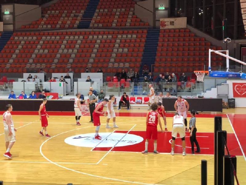 https://www.basketmarche.it/immagini_articoli/02-03-2019/chieti-basket-impone-prima-sconfitta-vasto-basket-decisivo-abdulai-sirena-600.jpg