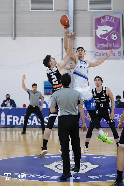 https://www.basketmarche.it/immagini_articoli/02-05-2021/janus-fabriano-vince-convince-rucker-vendemiano-600.jpg