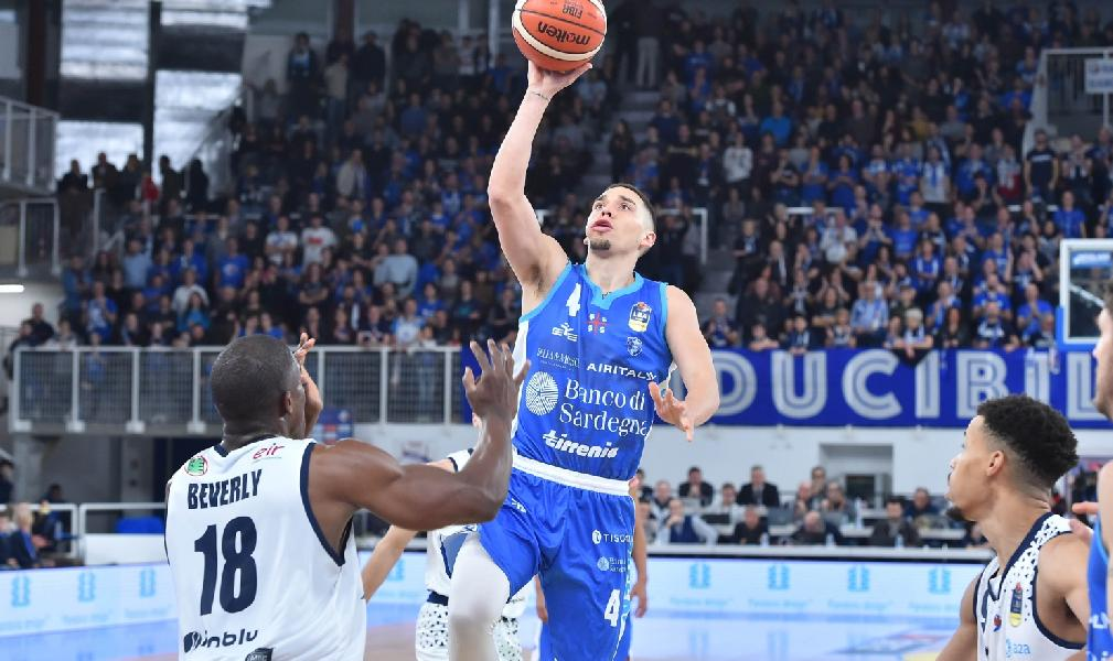 https://www.basketmarche.it/immagini_articoli/02-07-2019/dinamo-sassari-scott-bamforth-vicino-estudiantes-madrid-600.jpg