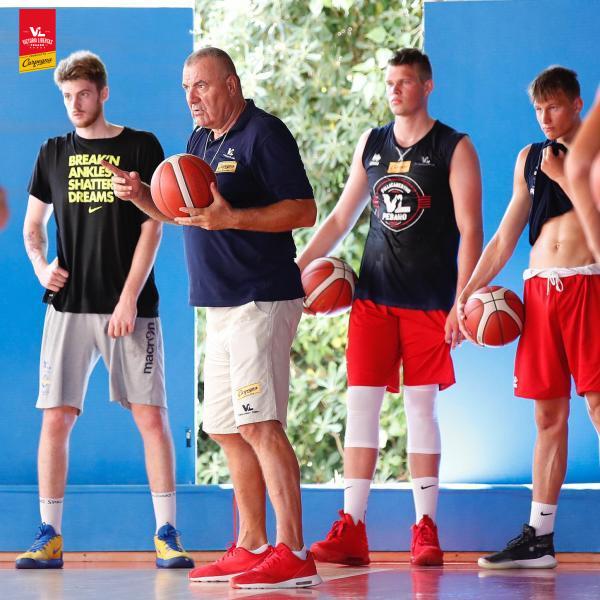 https://www.basketmarche.it/immagini_articoli/02-07-2020/pesaro-primi-allenamenti-jasmin-repesa-valutano-alcuni-ragazzi-settore-giovanile-600.png