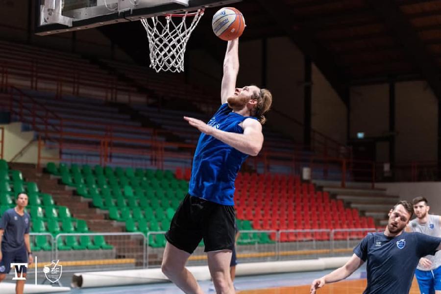 https://www.basketmarche.it/immagini_articoli/02-10-2020/latina-basket-punta-ritorno-lungo-tarik-hajrovic-600.jpg