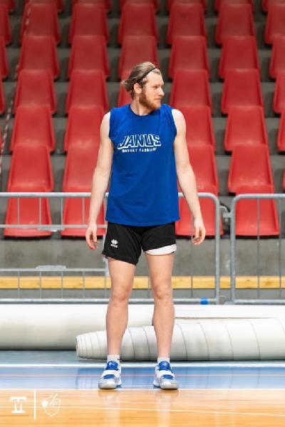 https://www.basketmarche.it/immagini_articoli/02-10-2020/ufficiale-janus-fabriano-risolve-contratto-tarik-hajrovic-600.jpg