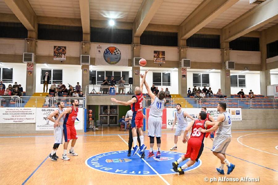 https://www.basketmarche.it/immagini_articoli/02-10-2021/coppa-centenario-attila-junior-porto-recanati-impone-chem-virtus-porto-giorgio-600.jpg