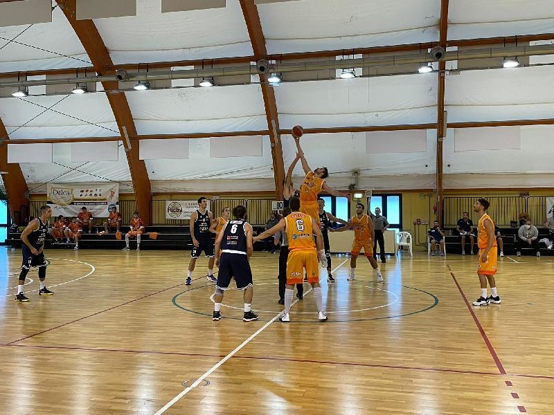 https://www.basketmarche.it/immagini_articoli/02-10-2021/coppa-italia-bramante-pesaro-vince-derby-pisaurum-super-gurini-600.jpg