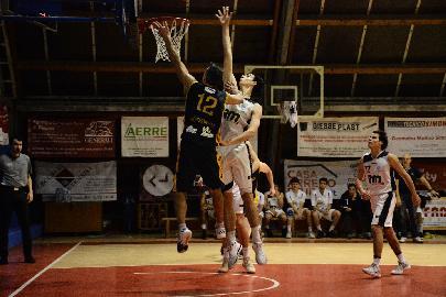 https://www.basketmarche.it/immagini_articoli/03-02-2018/serie-c-silver-una-brutta-sutor-montegranaro-cade-a-pesaro-e-continua-il-suo-momento-no-270.jpg