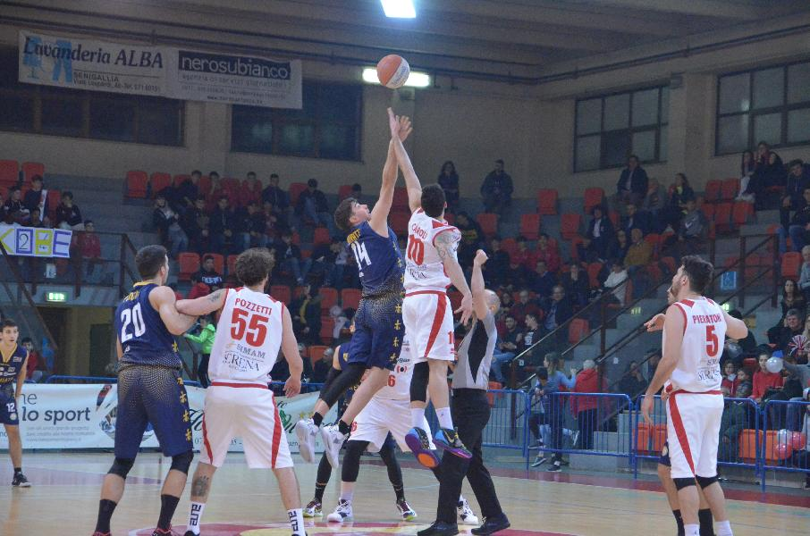 https://www.basketmarche.it/immagini_articoli/03-02-2020/sutor-montegranaro-rinvia-ancora-appuntamento-punti-derby-prende-pallacanestro-senigallia-600.jpg