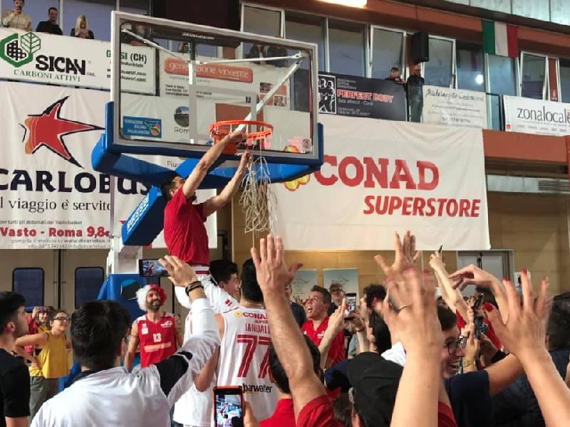 https://www.basketmarche.it/immagini_articoli/03-06-2019/vasto-basket-estasi-goran-oluic-regala-promozione-gold-600.jpg