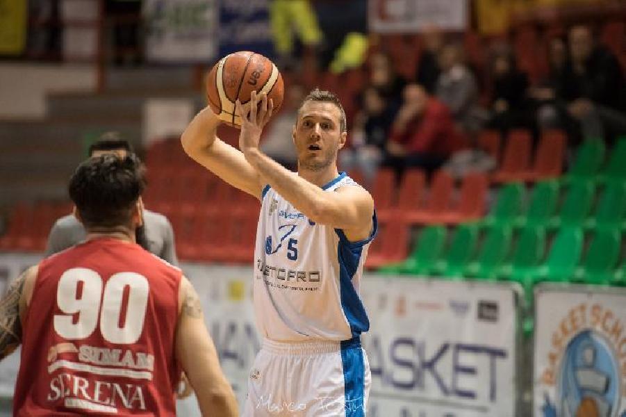 https://www.basketmarche.it/immagini_articoli/03-07-2019/ufficiale-janus-fabriano-filiberto-firma-lions-bisceglie-600.jpg