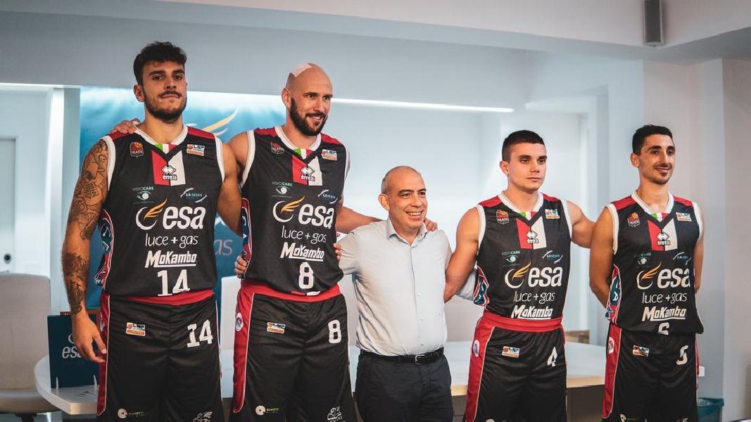 https://www.basketmarche.it/immagini_articoli/03-10-2019/corazzata-teate-basket-chieti-strada-janus-fabriano-600.jpg