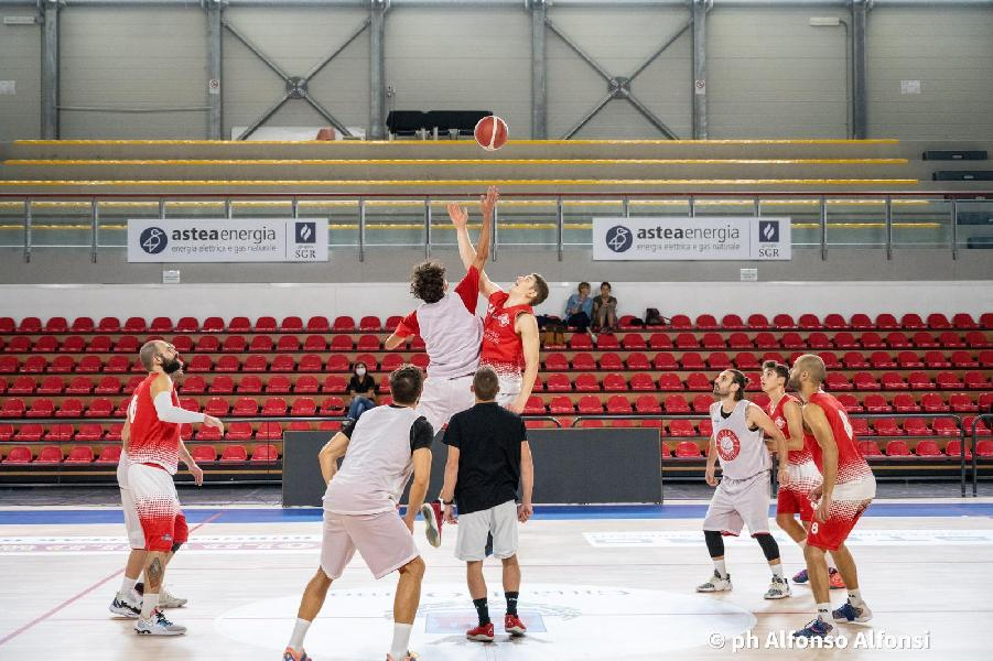 https://www.basketmarche.it/immagini_articoli/03-10-2021/basket-auximum-aggiudica-test-amichevole-basket-macerata-600.jpg