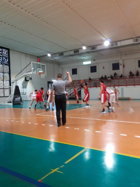 https://www.basketmarche.it/immagini_articoli/03-10-2021/coppa-centenario-basket-assisi-espugna-rimonta-campo-cannara-basket-600.jpg