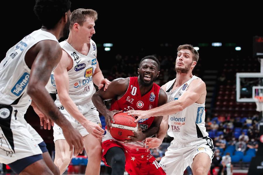 https://www.basketmarche.it/immagini_articoli/03-10-2021/olimpia-milano-vince-senza-problemi-sfida-aquila-basket-trento-600.jpg