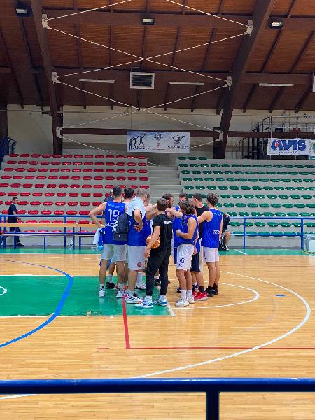 https://www.basketmarche.it/immagini_articoli/03-10-2021/roseto-basket-2020-test-amichevole-campo-atri-basket-600.jpg