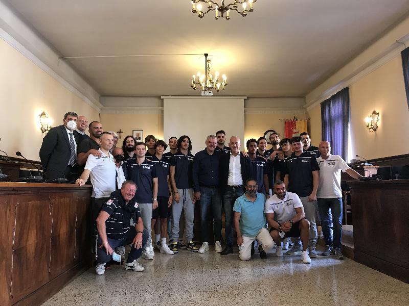 https://www.basketmarche.it/immagini_articoli/03-10-2021/virtus-civitanova-presentata-comune-parole-sindaco-ciarapica-presidente-paolini-nicola-moretti-600.jpg
