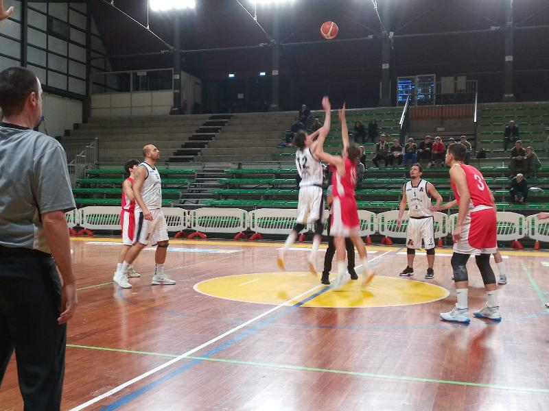 https://www.basketmarche.it/immagini_articoli/03-11-2019/atomika-spoleto-supera-uisp-palazzetto-perugia-rimane-imbattuta-600.jpg