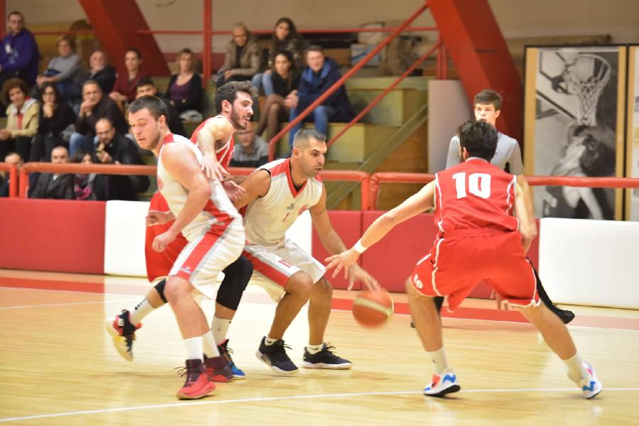 https://www.basketmarche.it/immagini_articoli/03-11-2019/basket-maceratese-supera-amatori-severino-resta-imbattuta-600.jpg