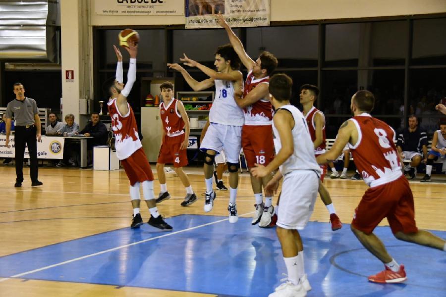 https://www.basketmarche.it/immagini_articoli/03-11-2019/nestor-marsciano-passa-campo-basket-passignano-600.jpg