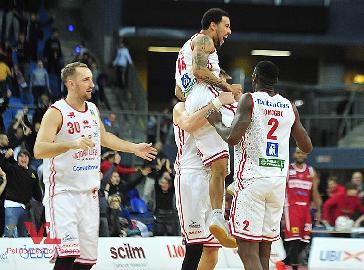 https://www.basketmarche.it/immagini_articoli/03-12-2017/serie-a-video-la-magia-con-la-quale-dallas-moore-ha-deciso-vuelle-pesaro-pallacanestro-varese-270.jpg