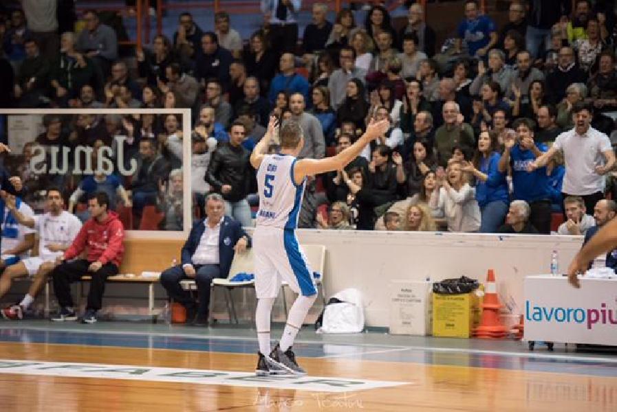 https://www.basketmarche.it/immagini_articoli/03-12-2018/fotofinish-premia-janus-fabriano-vince-derby-ancona-600.jpg