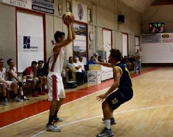 https://www.basketmarche.it/immagini_articoli/04-02-2018/d-regionale-il-basket-maceratese-batte-l-auximum-osimo-e-ribalta-la-differenza-canestri-270.jpg