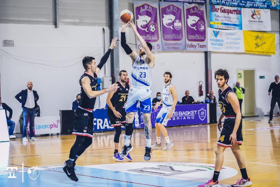 https://www.basketmarche.it/immagini_articoli/04-05-2021/janus-fabriano-vince-recupero-tramarossa-vicenza-ipoteca-posto-finale-600.jpg