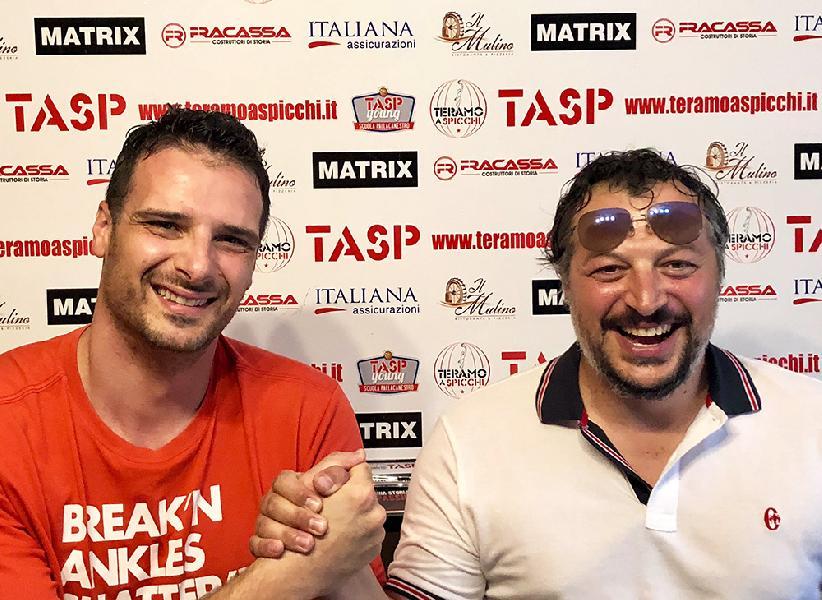 https://www.basketmarche.it/immagini_articoli/04-07-2019/botto-mercato-teramo-spicchi-ufficiale-firma-innocenzo-ferraro-600.jpg