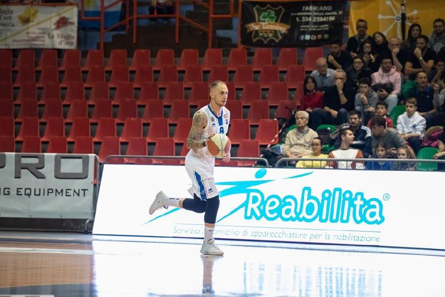 https://www.basketmarche.it/immagini_articoli/04-07-2020/ufficiale-janus-fabriano-niccol-petrucci-firma-pallacanestro-nard-600.jpg