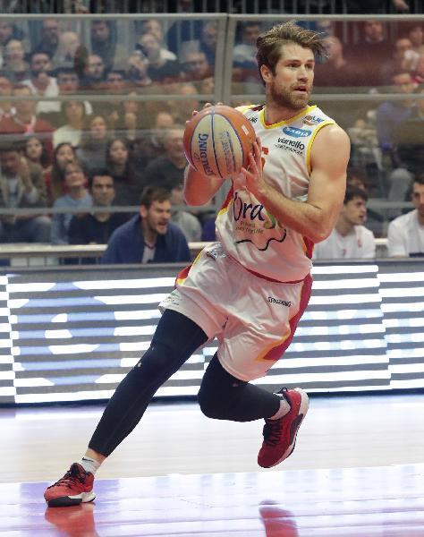 https://www.basketmarche.it/immagini_articoli/04-07-2020/ufficiale-marco-venuto-maglia-oras-ravenna-anche-prossima-stagione-600.jpg