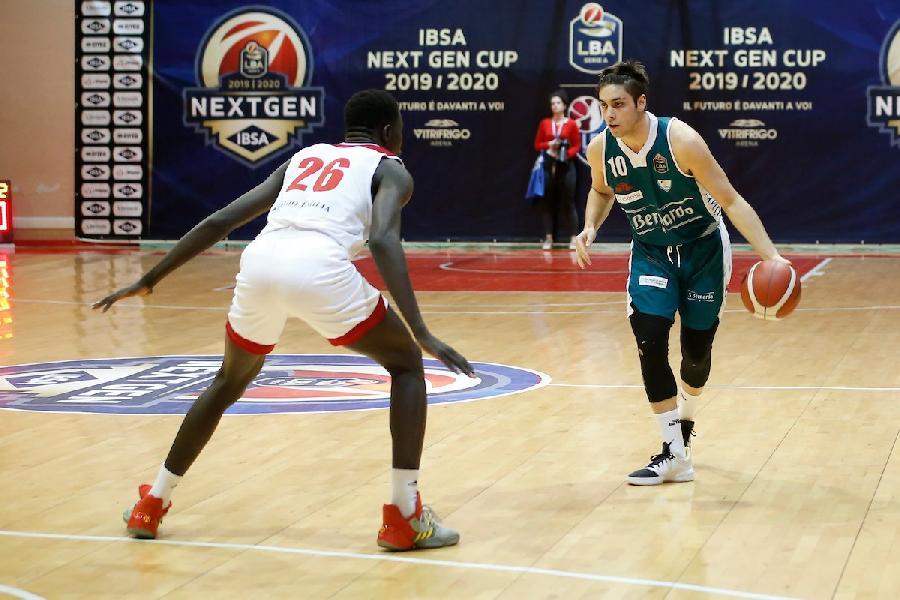 https://www.basketmarche.it/immagini_articoli/04-08-2020/ufficiale-janus-fabriano-firma-lunder-jona-giuliomaria-600.jpg