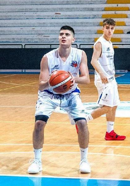 https://www.basketmarche.it/immagini_articoli/04-08-2020/ufficiale-pallacanestro-roseto-firma-esterno-under-fabio-sebastianelli-600.jpg