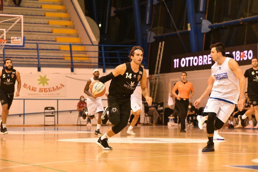 https://www.basketmarche.it/immagini_articoli/04-10-2020/derthona-basket-vince-test-amichevole-pallacanestro-orzinuovi-600.jpg