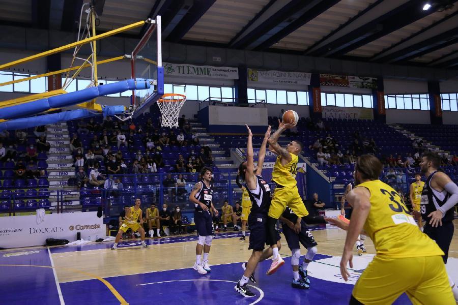 https://www.basketmarche.it/immagini_articoli/04-10-2021/comincia-male-campionato-sutor-montegranaro-aurora-jesi-passa-autorit-600.jpg