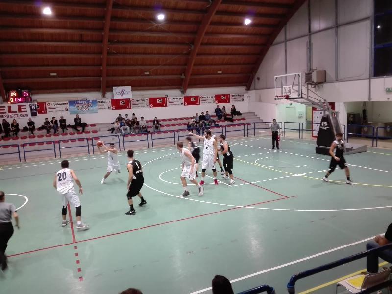 https://www.basketmarche.it/immagini_articoli/04-11-2018/pallacanestro-acqualagna-ferma-corsa-camb-montecchio-600.jpg
