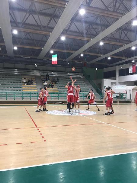 https://www.basketmarche.it/immagini_articoli/05-10-2018/memorial-basket-durante-urbania-batte-pallacanestro-senigallia-conquista-finale-600.jpg