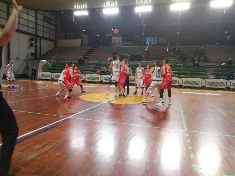 https://www.basketmarche.it/immagini_articoli/06-02-2020/posticipo-ritorno-atomika-spoleto-supera-volata-orvieto-basket-600.jpg