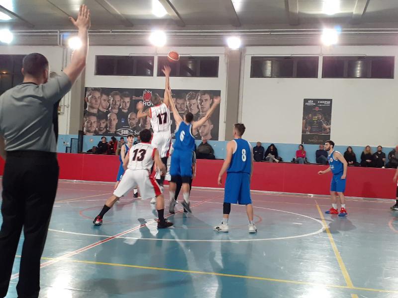 https://www.basketmarche.it/immagini_articoli/06-02-2020/tripla-landrini-regala-vittoria-basket-assisi-giromondo-spoleto-600.jpg