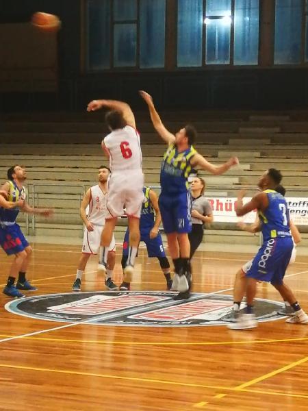 https://www.basketmarche.it/immagini_articoli/06-03-2019/posticipo-ritorno-amatori-severino-ferma-corsa-basket-fermo-600.jpg