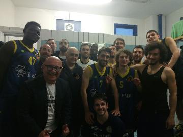 https://www.basketmarche.it/immagini_articoli/06-05-2018/d-regionale-playoff-gara-3-il-basket-fermo-è-sconfitto-a-fermignano-ed-esce-a-testa-alta-dai-playoff-270.jpg