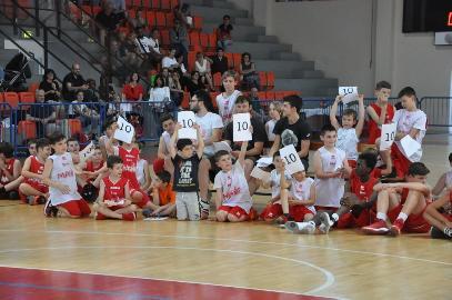 https://www.basketmarche.it/immagini_articoli/06-06-2017/giovanili-festa-di-fine-stagione-per-il-settore-giovanile-della-pallacanestro-senigallia-270.jpg