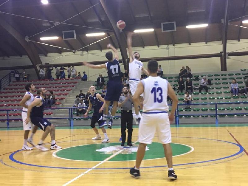 https://www.basketmarche.it/immagini_articoli/06-10-2018/basket-aquilano-passa-campo-pineto-basket-600.jpg