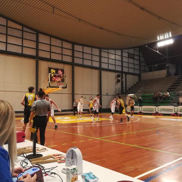 https://www.basketmarche.it/immagini_articoli/06-10-2019/convincente-vittoria-babadook-cittaducale-campo-giromondo-spoleto-600.jpg