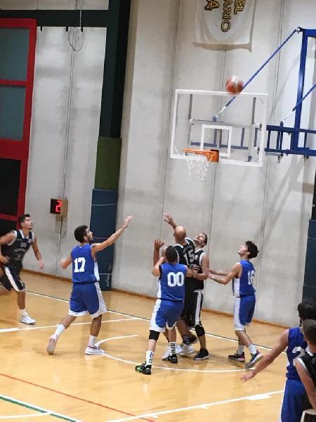https://www.basketmarche.it/immagini_articoli/06-10-2019/super-petrucci-guida-atomika-spoleto-vittoria-campo-pallacanestro-ellera-600.jpg