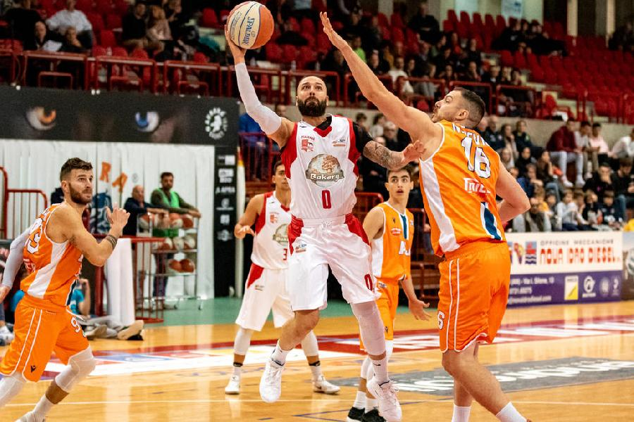 https://www.basketmarche.it/immagini_articoli/06-12-2019/bakery-piacenza-stagione-finita-infortunio-capitano-roberto-maggio-600.jpg