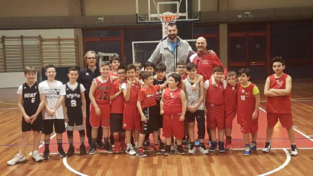 https://www.basketmarche.it/immagini_articoli/07-03-2019/michele-maggioli-visita-ragazzi-associazione-basket-tolentino-600.jpg