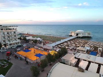 https://www.basketmarche.it/immagini_articoli/07-07-2018/summer-league-senigallia-il-maltempo-non-ferma-lo-spettacolo-dello-slam-dunk-show-270.jpg